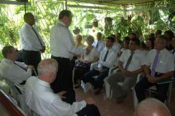 Élder Jeffrey R. Holland habla a los miembros del grupo de El Cotorro, en La Habana, Cuba, el 14 de junio. De este grupo, Élder Holland creó una rama al día siguiente.